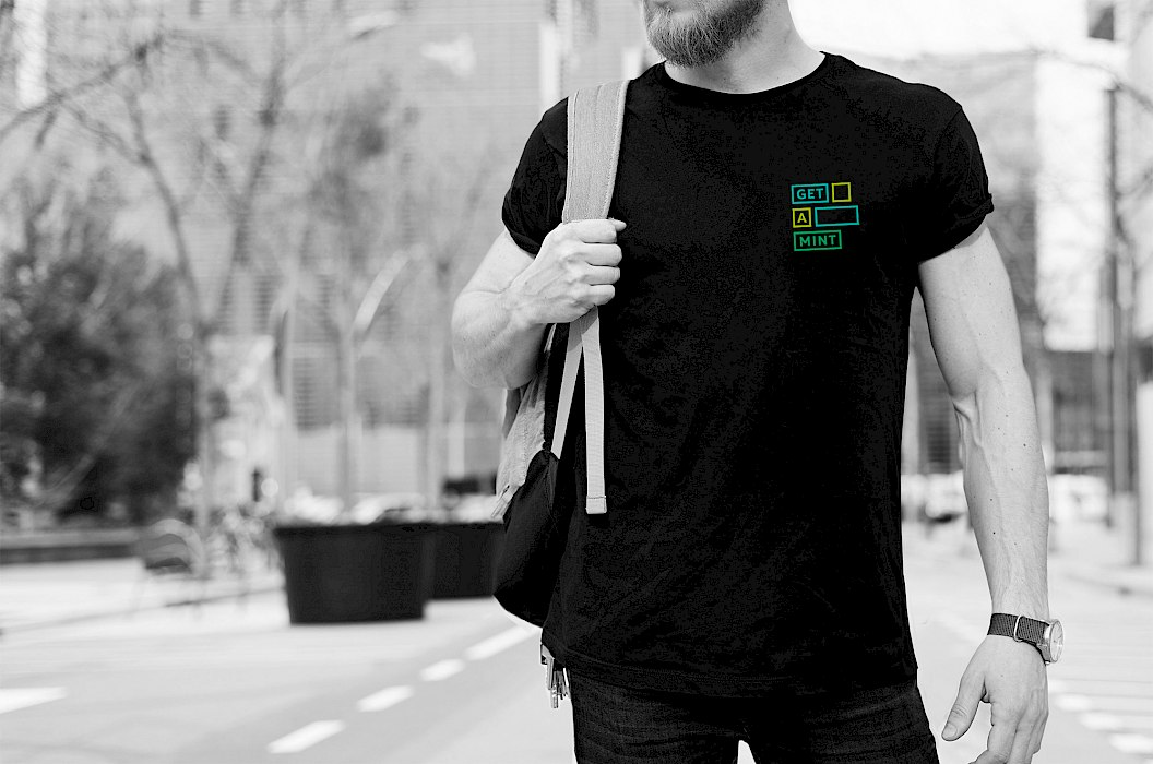 get a MINT | Corporate Design | Merchandising | schwarzes T-Shirt mit Logoaufdruck